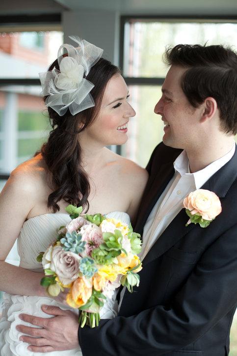 Ślubne ozdoby do włosów zachwycają eleganckim stylem.