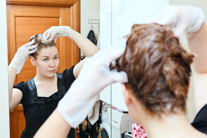 Na farbowanie włosów w domu decyduje się coraz więcej kobiet