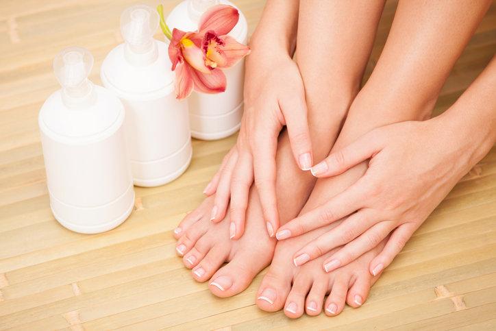Lakier na grzybicę paznokci ułatwia domowe leczenie dłoni i stóp.
