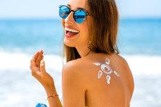 Uczulenie na słońce pojawia się szczególnie u osób, które nie stosują kremów z filtrami.