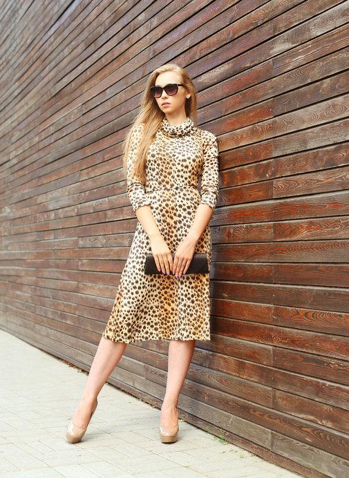 Sukienka w panterkę pasuje do każdych butów.