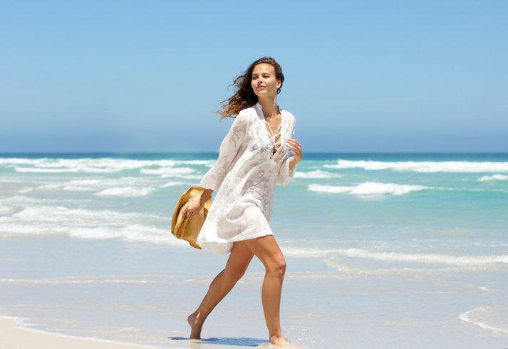 Białe sukienki na lato podkreślą opaleniznę