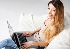 Chłodząca podstawka pod laptopa umożliwia korzystanie ze sprzętu nawet na kanapie.