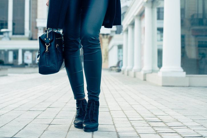 Spodnie woskowane od dawna uważane są za modny element codziennej stylizacji.