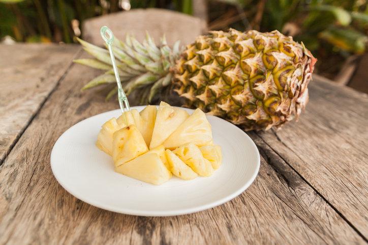 Obieranie ananasa nie jest aż takie trudne, ale potrzebny jest do tego ostry nóż.