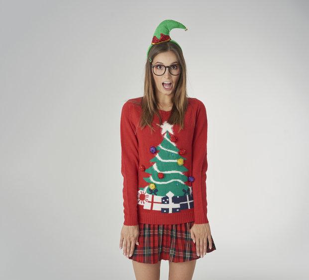 Sweter świąteczny najczęściej posiada wiele trójwymiarowych elementów.