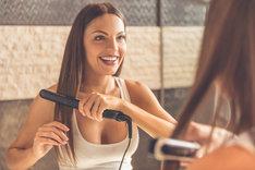 Prostownica parowa to nowinka we fryzjerstwie, która chroni włosy przed wysuszeniem.