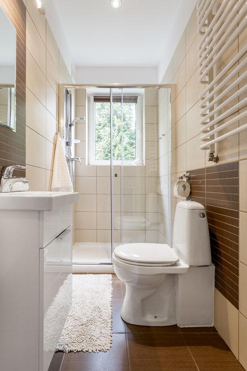 Przy aranżacji malutkiej łazienki trzeba zwrócić uwagę na jej funkcjonalne zagospodarowanie.