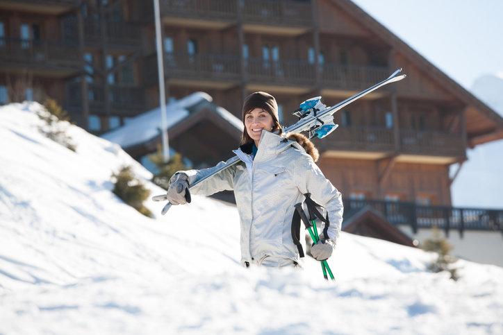 Kurtka narciarska damska powinna być ciepła i dostosowana do wszelkich warunków pogodowych.