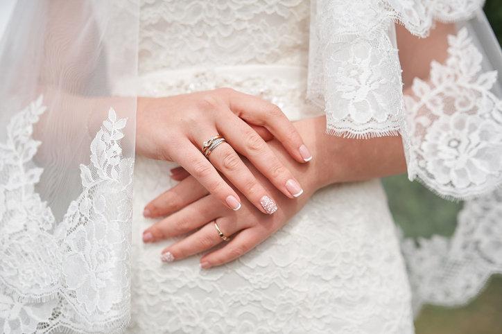 Paznokcie ślubne powinny być subtelne i delikatnie zdobione.