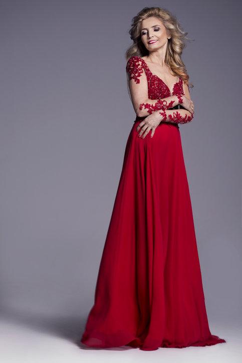Eleganckie sukienki dla 50-latki powinny być szykowne oraz modne.