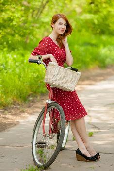 Sukienka w groszki to jeden z najbardziej modnych fasonów już od kilku sezonów