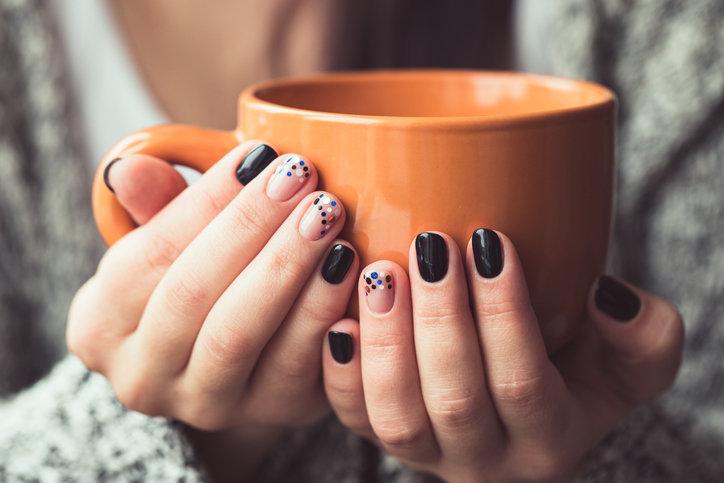 Paznokcie na jesień 2019 to przede wszystkim minimalizm i miszmasz kolorów.