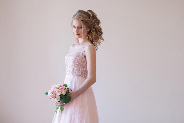 Sukienki na ślub cywilny niekoniecznie muszą być śnieżnobiałe.