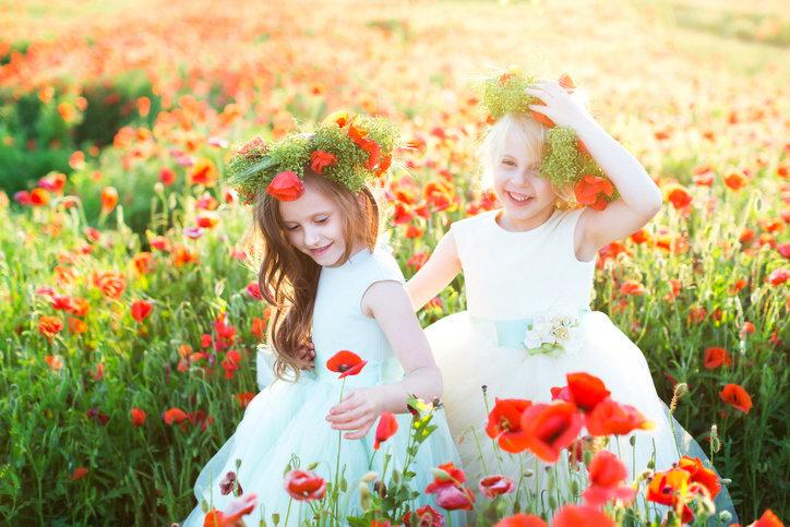 Sukienka dla dziewczynki na wesele musi być wygodna, elegancka i bardzo dziewczęca.