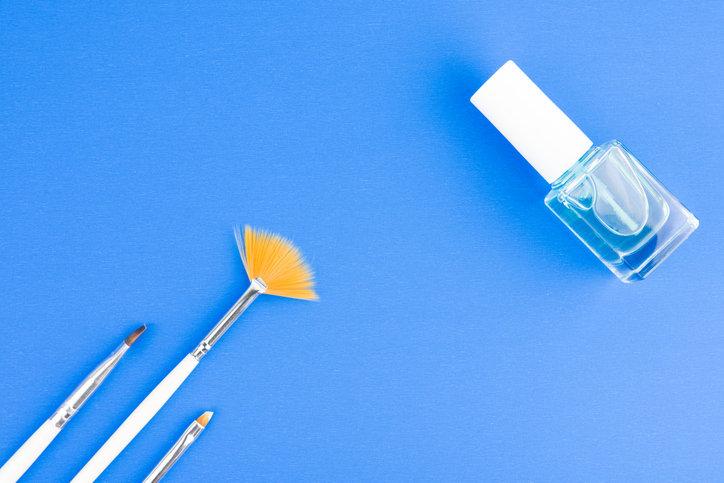 Lakiery hybrydowe są bardzo trwałe i zapewniają perfekcyjny manicure na wiele tygodni.