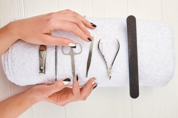 Zestaw do manicure pozwoli na samodzielną pielęgnację dłoni.