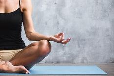 Mata do jogi to podstawowy przyrząd, który ułatwi ćwiczenia i gimnastykę zarówno w domu, jak i na świeżym powietrzu.