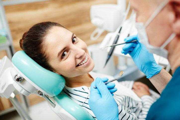 Piaskowanie zębów jest rutynowym i całkowicie bezpiecznym zabiegiem dentystycznym.