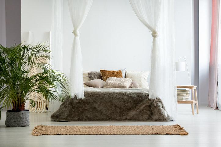 Baldachim do łóżka może być przymocowany do sufitu lub na stelażu.