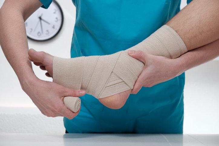 Skręcenie kostki jest bolesne i wymaga ortopedycznej konsultacji.