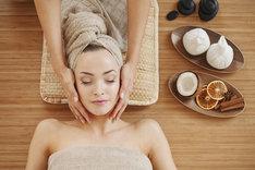 Japoński masaż twarzy skutecznie zahamuje oznaki starzenia skóry.