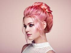 Kolorowe włosy możesz uzyskać dzięki specjalnym piankom i szamponom.