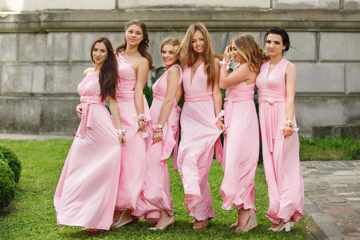 Sukienka maxi na wesele to eleganckie rozwiązanie dla wielu kobiet.