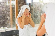 Masaż twarzy najlepiej wykonywać podczas wieczornej pielęgnacji.