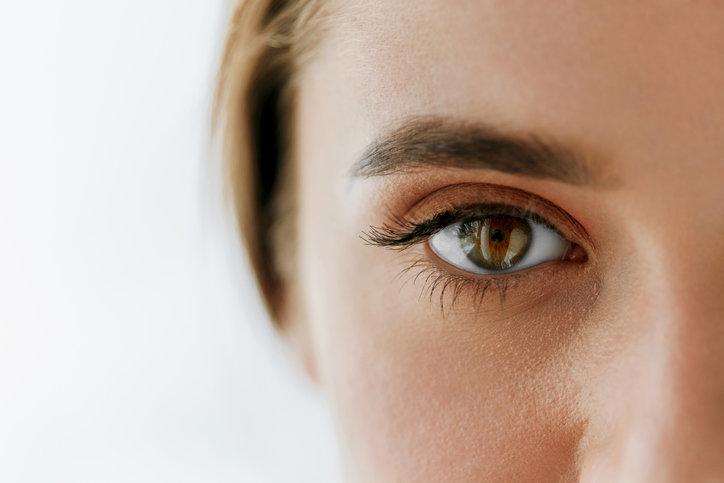 Dopracowany makijaż oczu zapewnia długotrwałą ozdobę twarzy