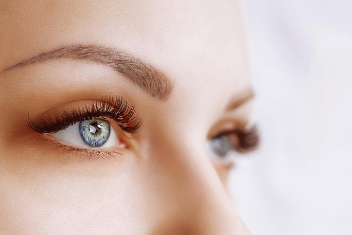 Serum do rzęs poprawi kondycję włosków wokół oczu oraz wyraźnie wzmocni rzęsy po zabiegach kosmetycznych