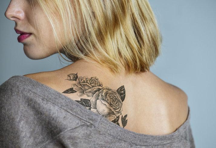 Częstym motywem tatuażu na plecach są rośliny.