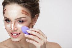 Konturowanie twarzy na mokro pozwoli na osiągnięcie pięknego i świeżego wyglądu.
