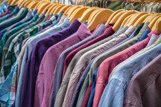 Odzież używana często pochodzi od znanych i markowych producentów.