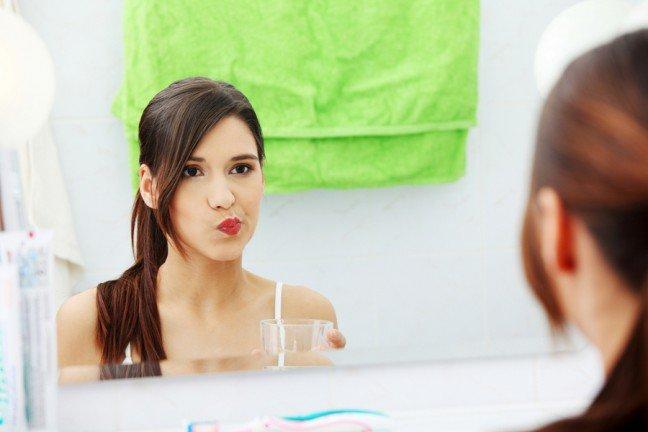 10. Za częste płukanie jamy ustnejUwielbiasz świeży oddech po użyciu płynu do płukania ust? Zbyt częste stosowanie płynu w ciągu dnia możepowodować nadwrażliwość zębów. Związane jest to z tym, że niektóre płyny zawierają kwasy, które nasilają objawywrażliwych już zębów. Zapytaj dentystę o neutralne płyny na bazie fluorku.