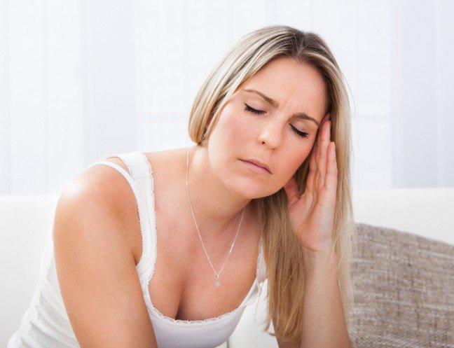 9. Pulsujący bólNajbardziej powszechnym symptomem migreny jest pulsujący ból po jednej stronie głowy. Możeszmieć również inne oznaki, zarówno przed rozpoczęciem, podczas trwania, jak i po ustąpieniu atakumigreny. Różne osoby mają różne symptomy. Atak migreny może trwać od 4 do 72 godzin.