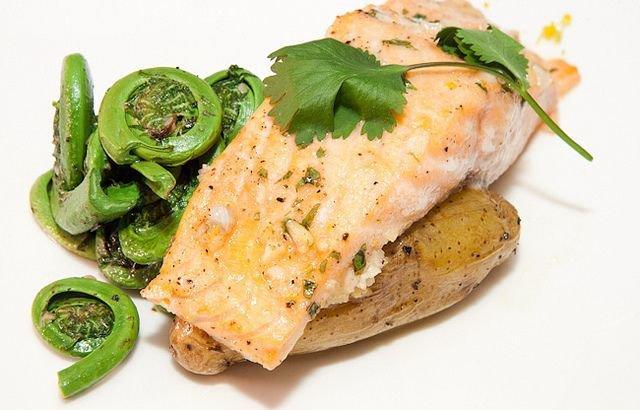 11. ŁosośDzięki zawartości kwasów tłuszczowych omega-3 łosoś wpływa korzystnie na skórę. Substancja ta redukuje zaczerwienienia, trądzik i stan zapalny skóry, a do tego działa nawilżająco.
