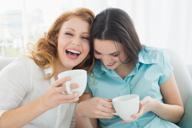 """10. Przyjaciele w naszym życiuAby być szczęśliwym i pozostać przy zdrowych zmysłach, należy mieć przynajmniej kilkoro dobrych przyjaciół. Wszyscyludzie potrzebują towarzystwa, dlatego nastolatki piszą SMS-y przy obiedzie, a osoby, które jeszcze rok temu rzadkokorzystały z komputera, teraz chętnie wchodzą na portale społecznościowe. Pierwszą """"sztuczką"""" na znalezienieprzyjaciela to zaprzyjaźnić się z samym sobą, ponieważ tylko my możemy sprawić, że dobrze będziemy się ze sobączuć. Jeśli jednak chcesz z kimś porozmawiać, przeczytaj o 9 technikach poznawania nowych przyjaciół."""