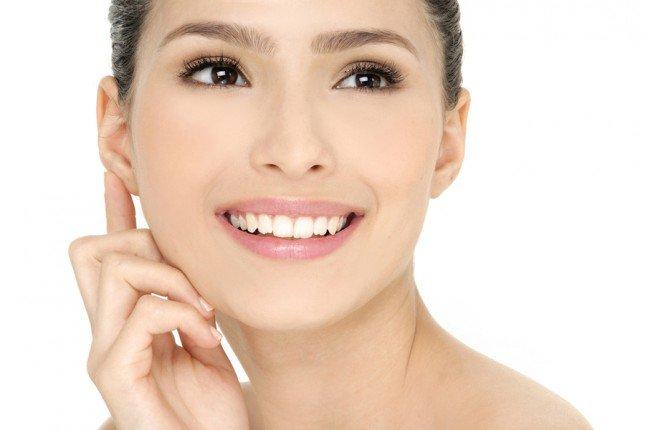 8. Zmniejszenie czy raczej zakrycie?Sposoby na zmniejszenie porów na twarzy mogą być różne: niektórzy zalecają dostępne na rynku kosmetyki, innidomowe sposoby. Nie ma jednak sposobu na faktyczne zmniejszenie porów, ale istnieją sposoby na to, aby wyglądałyone na mniejsze.