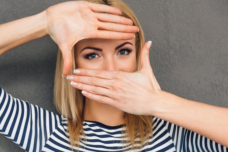Korektor pod oczy jest najważniejszym kosmetykiem do makijażu dla kobiet borykających się z problemem cieni pod oczami