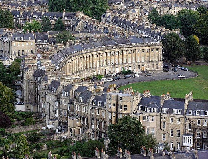 Royal Crescent – 30 budynków połączonych w szereg o kształcie półkola. Przykład architektury gregoriańskiej.