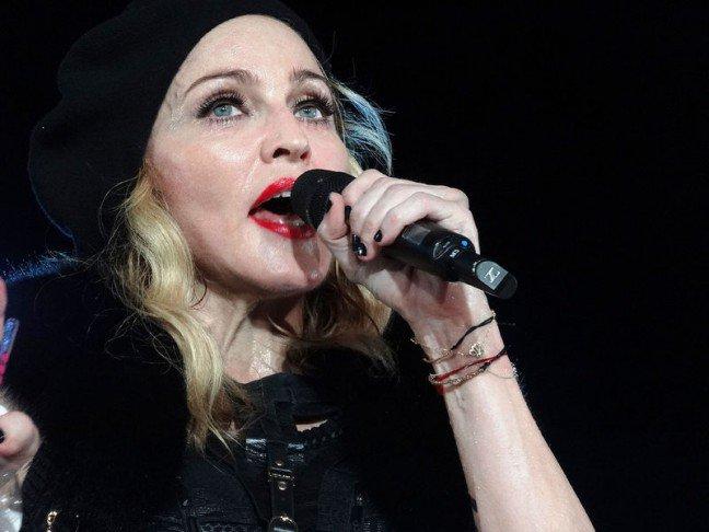 9. Madonna                                                     9. Madonna                                                                                                             Słynna wokalistka uwielbia ćwiczenia fizyczne, ale najwięcej czasu spędza na praktykowaniu jogioraz medytacjach. Pomimo ukończenia 50 lat, zadziwia swoją umięśnioną sylwetką i jędrnymciałem. Madonna codziennie biega oraz trenuje na siłowni.