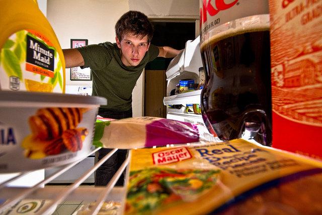 12. Późne posiłki powodują tycieMożesz spać spokojnie – to tylko mit. Nie ma rozstrzygających dowodów na to, że późne posiłki powodują przyrost wagi. Jest pewne,że zbyt duża ilość kalorii dostarczona organizmowi powoduje tycie, a wiele osób spożywających posiłki w nocy ma w zwyczajujeść za duże porcje wysokokalorycznych dań. Aczkolwiek jedzenie zaraz przed pójściem spać może powodować zgagę iniestrawność. W związku z tym staraj się jeść regularnie i nieco wcześniej.