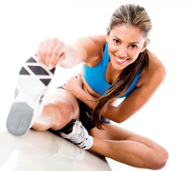 10. Ćwiczenia fizyczneDzięki regularnej aktywności fizycznej nasz wygląd ulega poprawie. Jednocześnie podnosi się jakość snu, gdy podczas ćwiczeń pozbywamy się negatywnych emocji i redukujemy stres. Pamiętajmy jednak, że trening powinien odbywać się przynajmniej trzy godziny przed położeniem się do łóżka. W innym wypadku adrenalina będzie utrzymywała nas na nogach.