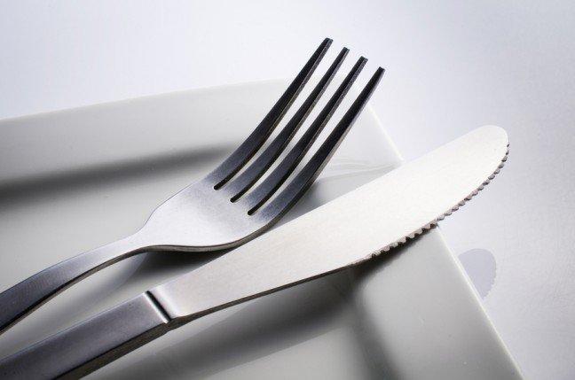 7. Rodzaj tworzywa, z którego wykonano naczynieZapewne nie raz zdarzyło ci się poczuć metaliczny posmak po oblizaniu łyżki. Sztućce wykonane z tworzywa takiego jak miedź i cyna mogą niestety niekorzystnie wpływać na odczuwalny przez ciebie smak potraw.