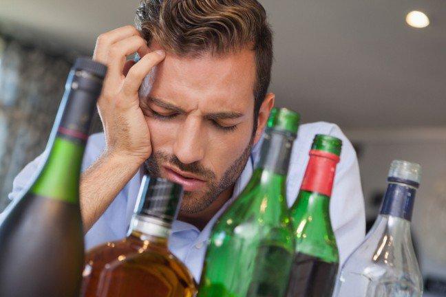 11. Kac to nic wielkiego                                                     11. Kac to nic wielkiego                                                                                                             Fakt: Picie dużej ilości alkoholu narusza centralny układ nerwowy, majstruje przy substancjach chemicznych w mózgu, powodując ból i zawroty głowy oraz mdłości, co sprawia, że biegasz do łazienki, a organizm staje się odwodniony.