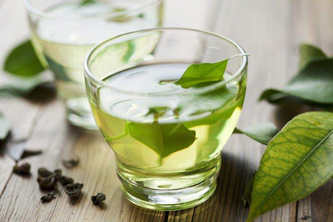 7. Zielona herbataW zielonej herbacie zawarte są silne przeciwutleniacze, które wykazują działanie antybakteryjne. Wystarczy, że zaparzysz w filiżance tę herbatę, a po jej przestygnięciu przetrzesz nią skórę przy użyciu wacika.