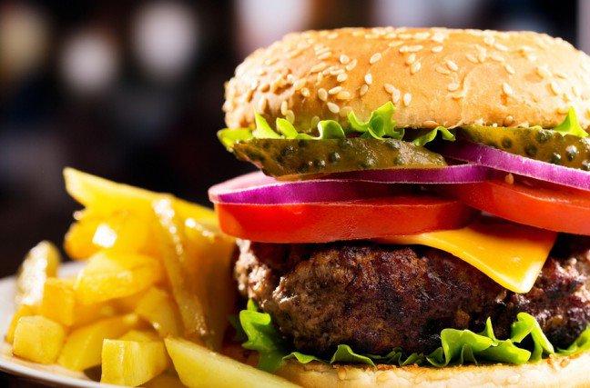 10. Wielkie hamburgery                                                     10. Wielkie hamburgery                                                                                                             Jeśli hamburger jest duży i pełen składników, najprawdopodobniej zawiera też mnóstwo kalorii. Niektóre hamburgerymają nawet ponad 1000 kalorii i około 75 gramów tłuszczu.Lepszy wybór: pojedynczy grillowany burger z chudej wołowiny lub indyka, lub burger wegetariański.