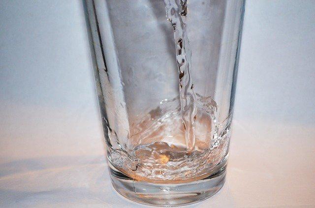 """10. Zacznij posiłek od szklanki wodyWypij dużą szklankę wody, zanim usiądziesz do obiadu. Napełnienie żołądka wodą sprawi, że prawdopodobieństwoprzejedzenia się będzie mniejsze. Co więcej, niektóre objawy odwodnienia mogą powodować burczenie w brzuchu,więc popijanie wody przed posiłkiem może wyeliminować twój """"głód"""" w zupełności."""