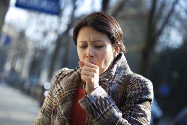 10. Kiedy kaszlemy?Kaszel najczęściej towarzyszy zwykłemu przeziębieniu i grypie. Często też jest objawem zapaleniaoskrzeli. Jeśli kaszel nie ustępuje w ciągu siedmiu dni, należy zgłosić się do lekarza. Jeśli natomiastpowodem kaszlu jest niegroźna infekcja dróg oddechowych, pokonasz go domowymi sposobami.Oto one.